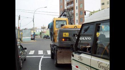 IMPRUDENCIA: Ciudadano viaja sujetándose a puerta de un tractor