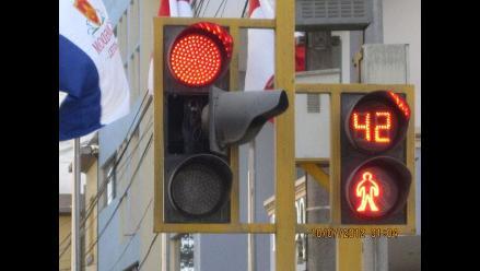 Semáforos averiados dificultan tránsito en principales vías de Lima