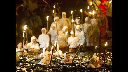 Mujeres festejan el Día del Océano con baño ritual en mar de Japón