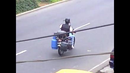 PELIGRO: Motociclista transporta cuatro balones de gas en San Luis