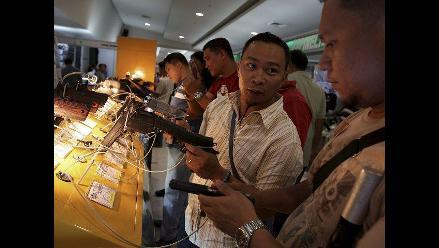Padres llevan a sus hijos a la Feria de Armas de Manila sin temor