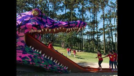 Gigantesco lagarto de lana entretiene a niños en Brasil