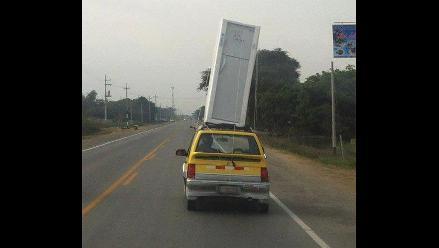 INFRACCIÓN: Conductor traslada refrigeradora en el techo de un taxi