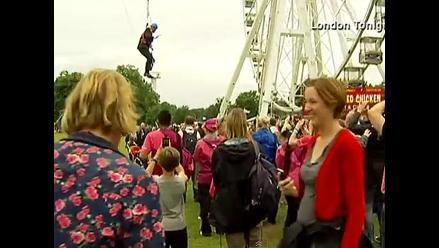 Alcalde de Londres se queda colgado de un tirolina