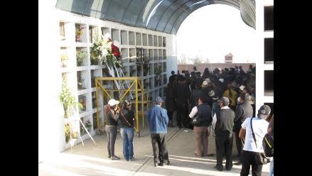 Arequipa: Sepultan restos de maestra que se suicidó en penal