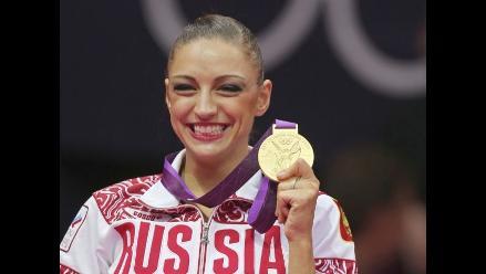 Rusa Kanaeva gana oro en gimnasia rítmica en Juegos Olímpicos