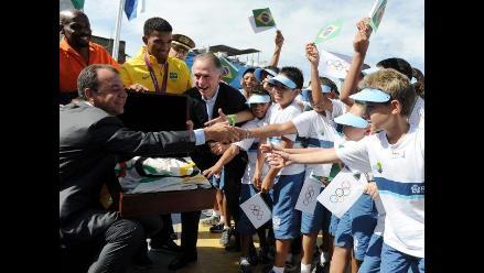 Bandera olímpica se da un baño de masas en favela de Río de Janeiro