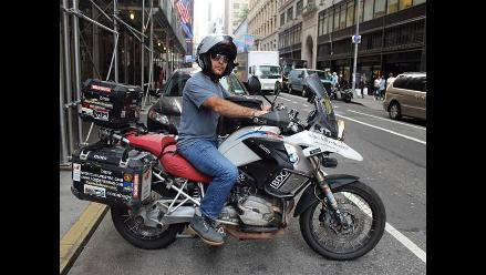 Escritor español Miquel Silvestre culmina en NY vuelta al mundo en moto