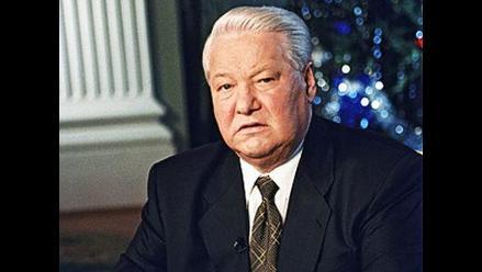 El obelisco de Yeltsin amanece pintado de azul