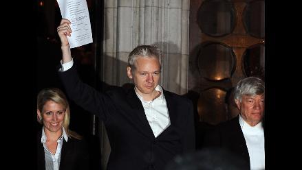 Supuesta víctima sexual de Assange sonríe con él en foto