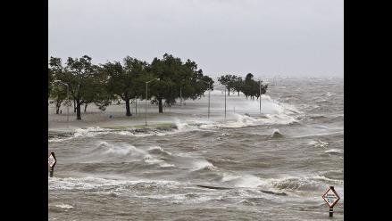 Isaac se detiene cerca de Nueva Orleans y provoca inundaciones
