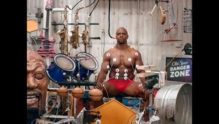 Exjugador de fútbol americano compone música con sus músculos