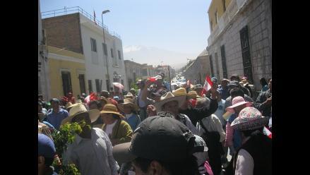 Pobladores de Maca protestan frente al Gobierno Regional de Arequipa