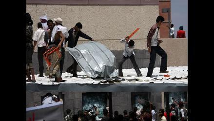 Centenares de manifestantes asaltan Embajada de EEUU en Yemen