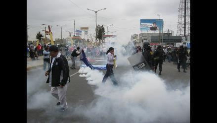 Chimbote: Lanzan bombas lacrimógenas a docentes huelguistas