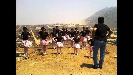 Niñas vencen el arenal con práctica de ballet en el Alto Trujillo
