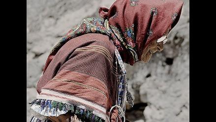 Mujer de 80 años recibe su acta de nacimiento
