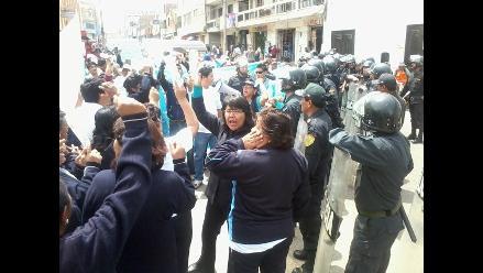 Tacna: Manifestantes intentaron ingresar a sesión de congresistas