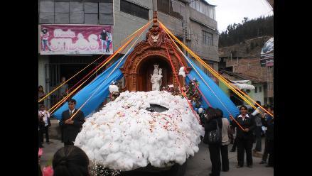 Estudiantes construyen enorme retablo de la Virgen María Auxiliadora