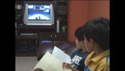 Niños menores de tres años no deben ver televisión, según pediatras