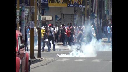 Chimbote: Docentes huelguistas se enfrentan a huevazos a la policía