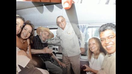 Fidel Castro reaparece en público tras rumores sobre su salud