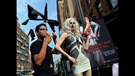 Activistas de ´PETA´ protestan frente a restaurante de carnes