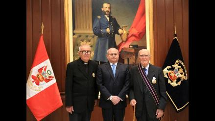 Condecoran al historiador José de la Puente y al padre Armando Nieto