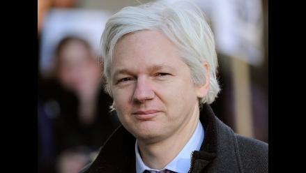 Diseñadora británica vende camisetas en apoyo a Julian Assange