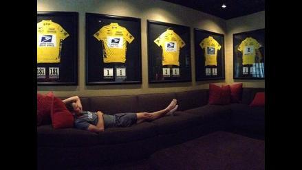 Lance Armstrong posa con sus siete maillots de ganador de Tour francés