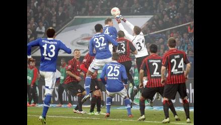 Schalke de Farfán y Eintracht de Zambrano igualan y se alejan de Bayern