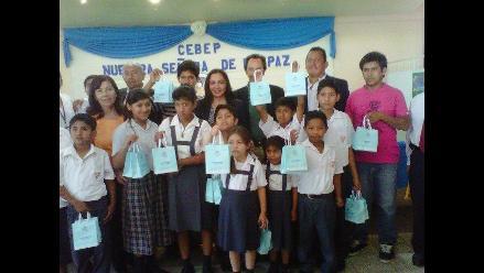 Piura: Marisol Espinoza entrega audífonos a escolares