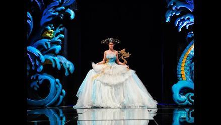 Extravagantes vestidos en la semana de moda en Singapur
