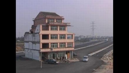 Construyen carretera alrededor de casa en China