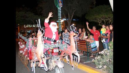 Papa Noel pasea a piuranos en trineo motorizado