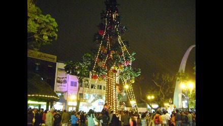 Gigante árbol navideño hecho con material reciclable adorna Tacna