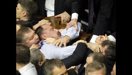 Escandalosa trifulca en Parlamento de Ucrania