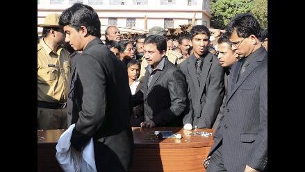 Enfermera que se suicidó tras broma es enterrada en la India