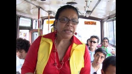 Eva Ayllón sube a buses para ayudar a niños de Aniquem