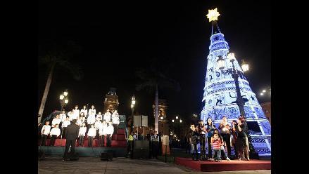 Encienden árbol de Navidad en Plaza de Armas