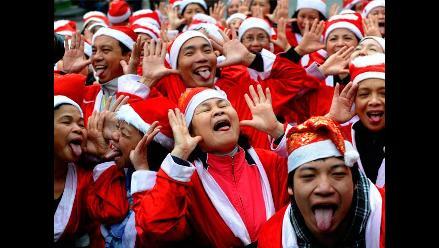 Papá Noeles practican Yoga de la Risa en Vietnam