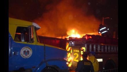 Incendio consume almacén de plásticos en San Juan de Lurigancho