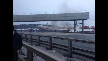 Moscú: Al menos cuatro muertos al salirse de pista avión de pasajeros