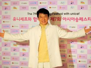 Policía descarta acciones contra Jackie Chan por presunto uso de armas