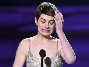 Anne Hathaway y su momento incómodo en los Critics´ Choice Awards