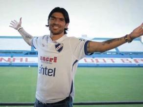 Sebastián Abreu fue presentado con la camiseta del Nacional de Uruguay