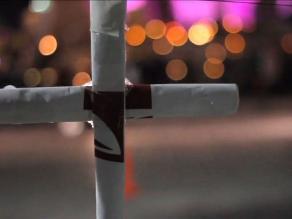 Mujer fue discriminada por llevar cruz como collar