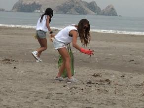 Sofía Mulanovich se olvidó del surf y recogió desperdicios en la playa