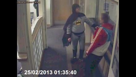 Hombre vestido de Batman entrega a delincuente