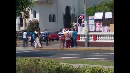 Continúan llegando personas a la embajada de Venezuela en Lima